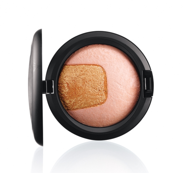 M.A.C Divine Night Mineralize Skinfinish, оттенок Centre of Attention
