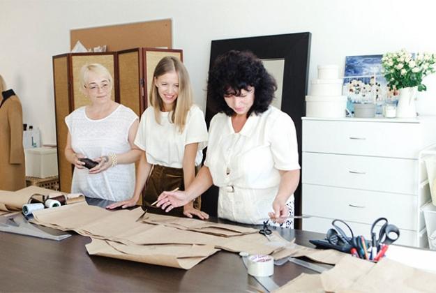 Основатели марки Ирина и Марина Голомаздины с сестрой Екатериной Мамоновой на производстве 12Storeez