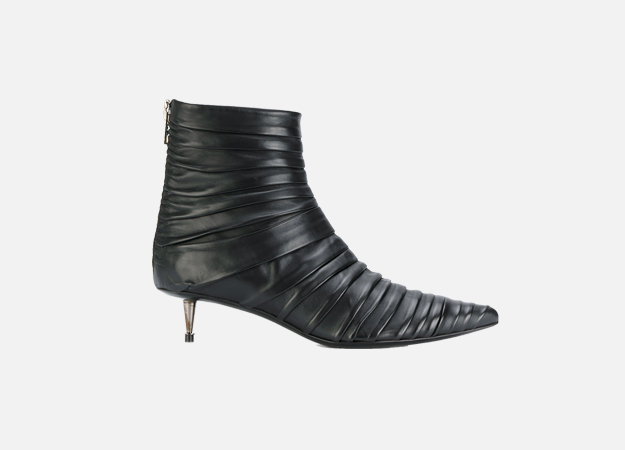 "Ботильоны, Tom Ford<p><a style="""" target=""_blank"" href=""https://www.farfetch.com/uk/shopping/women/tom-ford-kitten-heel-ankle-boots-item-12264151.aspx?storeid=9442&size=29&utm_source=Hy3bqNL2jtQ&utm_medium=affiliate&utm_campaign=Linkshareuk&utm_content=10&utm_term=UKNetwork"">Farfetch</a></p>"
