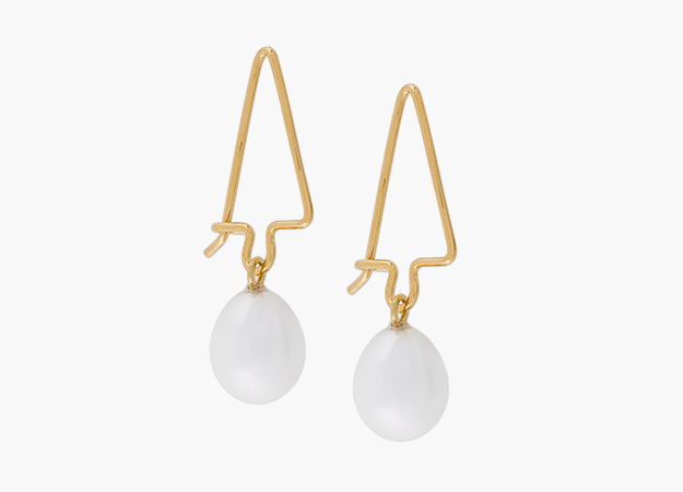 "Серьги Wouters & Hendrix<p><a target=""_blank"" href=""https://www.farfetch.com/ru/shopping/women/wouters-hendrix-curiosities-pearl-earrings-item-12311854.aspx?storeid=9449&from=listing&rnkdmnly=1"">farfetch.com</a></p>"