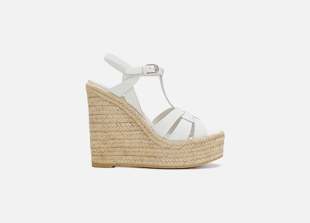 "Сандали, Saint Laurent<p><a style="""" target=""_blank"" href=""https://www.farfetch.com/uk/shopping/women/saint-laurent-espadrille-t-strap-wedge-sandals-item-12583034.aspx?utm_source=Hy3bqNL2jtQ&utm_medium=affiliate&utm_campaign=Linkshareuk&utm_content=10&utm_term=UKNetwork"">farfetch.com</a></p>"