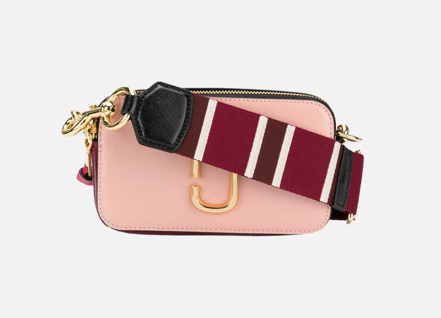 "Сумка, Marc Jacobs  <p><a id="""" style="""" target=""_blank"" href=""https://www.farfetch.com/ru/shopping/women/marc-jacobs-small-snapshot-camera-bag-item-12699321.aspx?storeid=9336&from=1"">farfetch.com</a></p>"