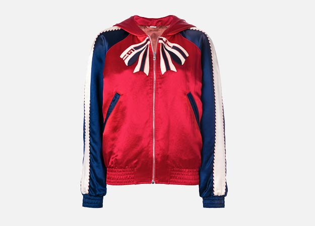 """Бомбер, Gucci<p><a style="""""""" target=""""_blank"""" href=""""https://www.farfetch.com/ru/shopping/women/gucci---item-12719893.aspx?storeid=9681&from=1"""">farfetch.com</a></p>"""