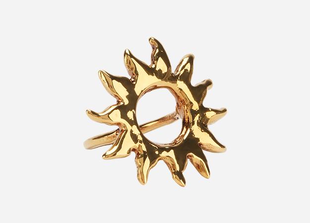 "Кольцо, Givenchy<p><a style="""" target=""_blank"" href=""https://www.tsum.ru/catalog/koltsa-2451/figurnoe_koltso-5276828-color-zolotoy.html?ref=home_page.top&pos=4"">ЦУМ</a></p>"