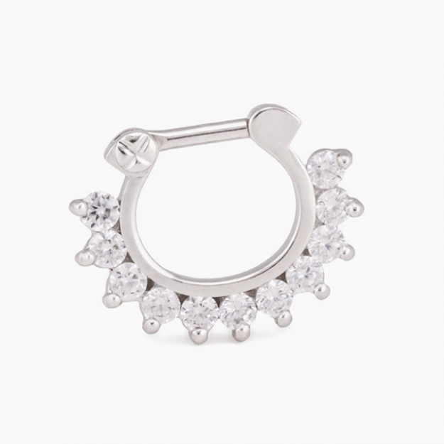 "Серьга из белого золота с кристаллами<p><a target=""_blank"" href=""http://store.painfulpleasures.com/body-jewelry/septum-jewelry/16g-crystal-jeweled-14kt-white-gold-septum-clicker-ring.html"">painfulpleasures.com</a></p>"