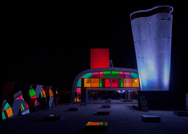 Витражные инсталляции Даниеля Бюрена на крыше дома Ле Корбюзье в Марселе