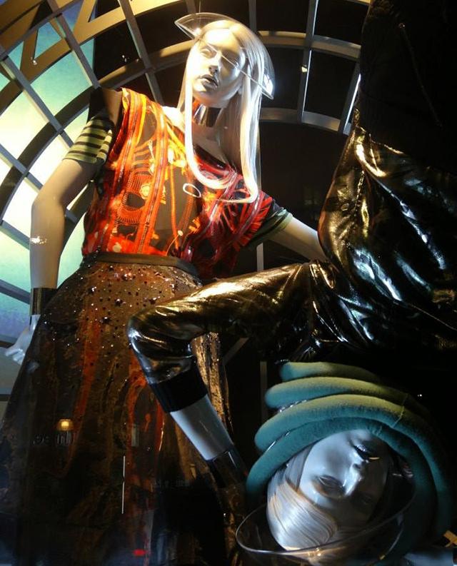 Космическая инсталляция для осенней коллекции Жан-Поля Готье в Selfridges