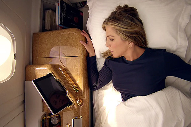 Дженнифер Энистон снялась врекламе авиакомпании Emirates Airline