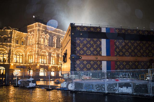 ГУМ потребовал убрать сундук Louis Vuitton с Красной площади