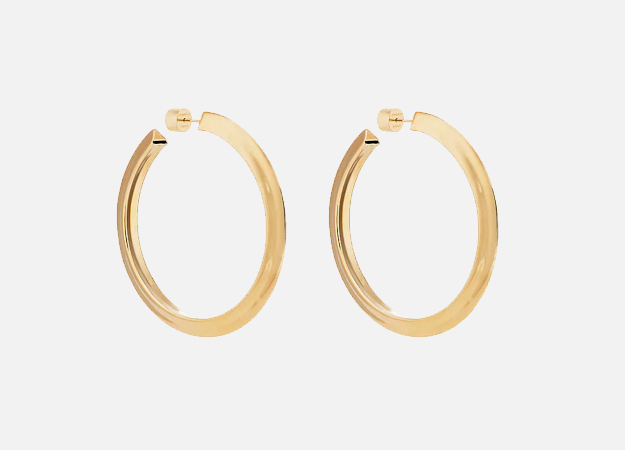 "Серьги, Jennifer Fisher<p><a style="""" target=""_blank"" href=""https://www.barneys.com/product/jennifer-fisher-karla-hoop-earrings-505450045.html"">barneys.com</a></p>"