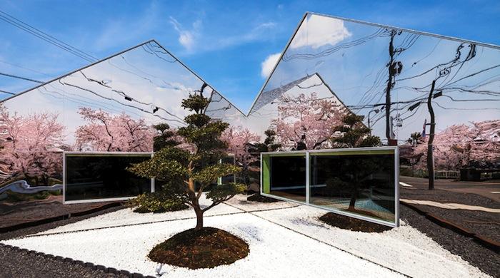 Кафе Mirrors в цветущем саду сакуры города Гифу