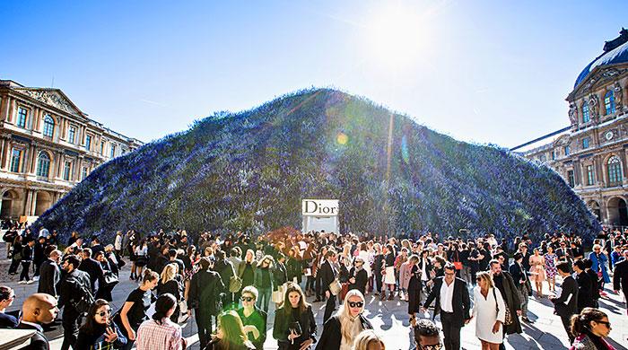 Видео на repeat: смотрим, как строили цветочную пещеру Dior для показа весна-лето 2016