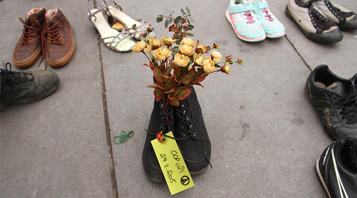 """Парижане устроили """"обувной"""" протест"""