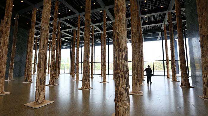 Дэвид Чипперфильд создал инсталляцию в Новой национальной галерее Берлина