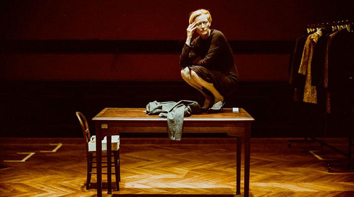 Тильда Суинтон выступает в постановке Palais Galliera в Париже