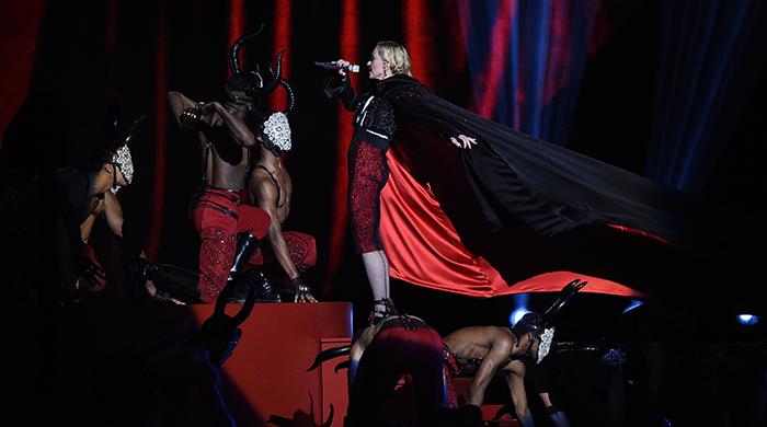 Красота, сбивающая с ног: как Мадонна стала жертвой плаща Giorgio Armani