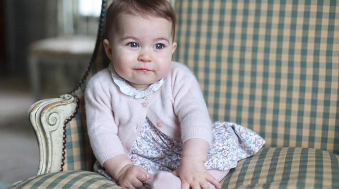 Кенсингтонский дворец опубликовал фотопортреты принцессы Шарлотты