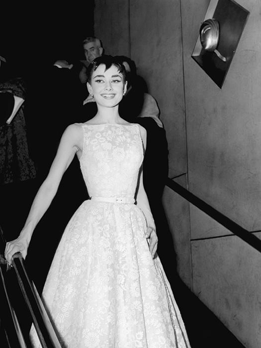 e18e85dd6b6 Одри Хэпберн в платье Givenchy получает