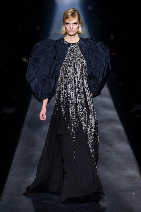 Смотреть Высокое искусство от Givenchy: коллекция макияжа Couture Outlines Spring 2019 видео